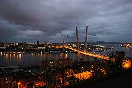 Widok na most Zolotoy i zatokę Złotego Rogu nocą
