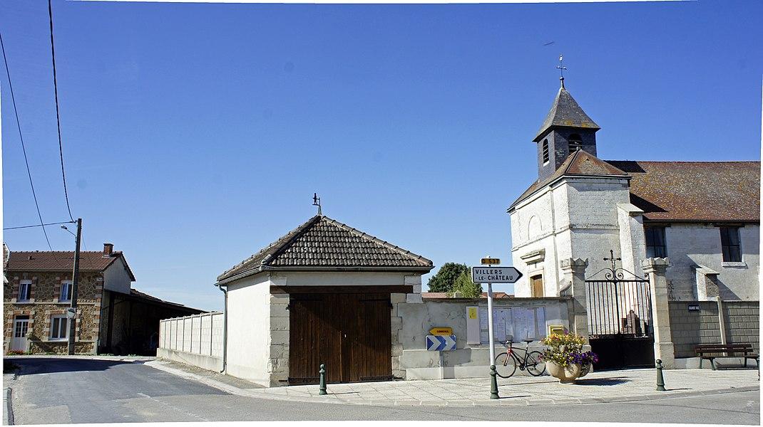 Vue de l'église de St-Pierre_et un local de pompiers.