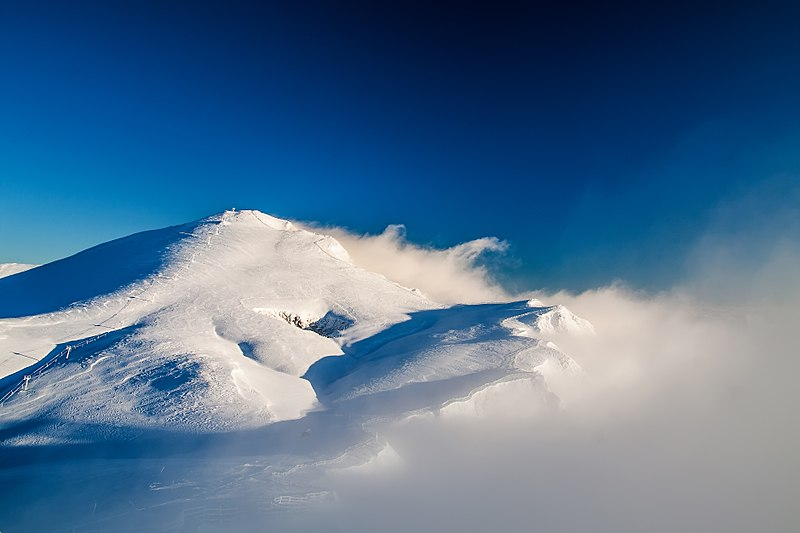 File:Χιονισμενη κορυφη Φαλακρου.jpg