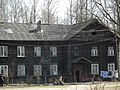 Весна 2011 года. Невская Дубровка - старый разваливающийся дом по улице Школьная. И да, здесь живут люди - panoramio.jpg