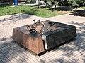 Пам'ятник жертам голодомору і політичних репресій (вдоль трещины).JPG