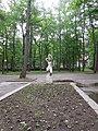 Скульптура Держащая воду (в ландшафте парка), Светлогорск, Калининградская область.jpg