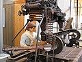 144 mNACTEC, la Fàbrica Tèxtil, nena en un teler de garrot.jpg
