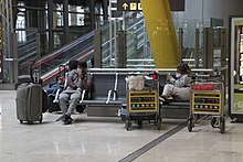 https://upload.wikimedia.org/wikipedia/commons/thumb/2/2f/24_de_marzo_2020-Aeropuerto_Adolfo_Suarez_Madrid-01.jpg/220px-24_de_marzo_2020-Aeropuerto_Adolfo_Suarez_Madrid-01.jpg