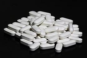 500 mg di compresse, supplemento di calcio e vitamina D, a base di carbonato di calcio, maltodestrina, olio minerale, idrossipropilmetilcellulosa, glicerina, colecalciferolo, polietilenglicole e cera carnauba.