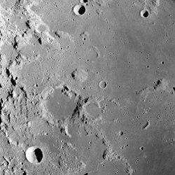 Mons Maraldi i midten af billedet, præcist til sydvest er det lavaøverflutne krater Maraldi