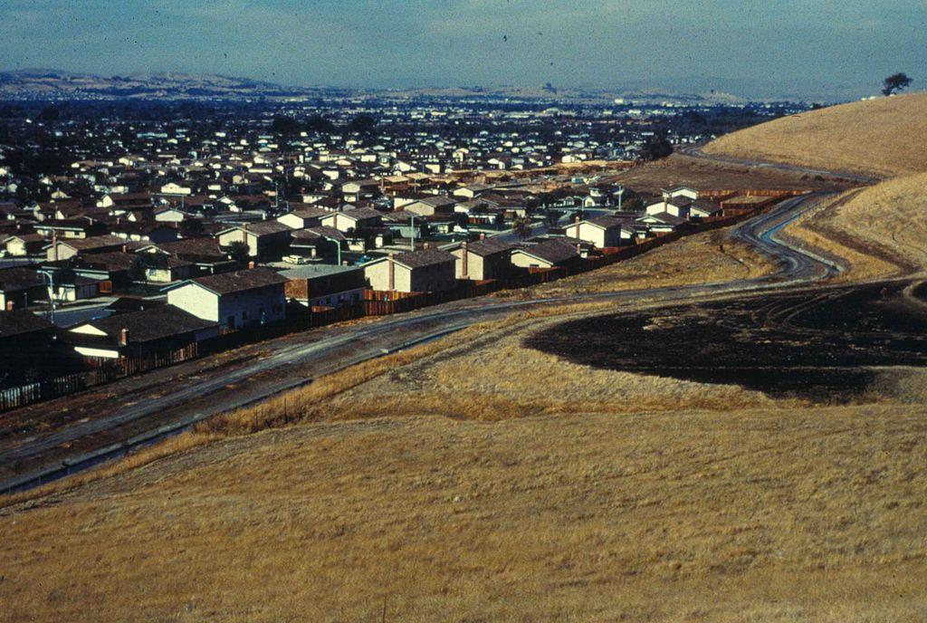 Se toma una foto en una colina que muestra urban development.jpg