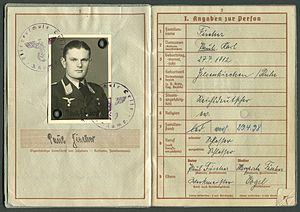 Amtsdokument Paul Fischer 1937 Leutnant Wehrpass Luftwaffe Seite 04 05 Passbild Fliegerschule Celle Angaben zur Person.jpg