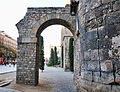 Arch on the Cathedral de Barcelona (3396165749).jpg