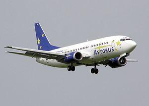 Boeing 737 ( avión de reacción de pasajeros de fuselaje estrecho de corto a medio alcance USA ) 300px-Astraeus.commons.b737-300.g-stra.arp.2