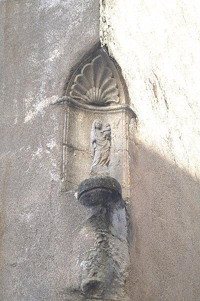 Autignac (Hérault) - vierge dans une niche.