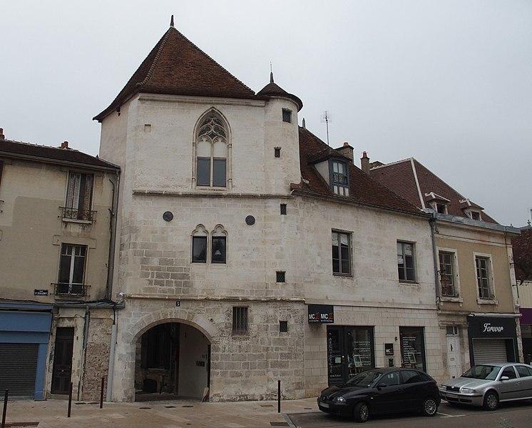 Auxerre: Maison place Robillard