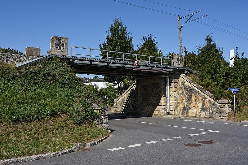 File:Bahndamm mit Brücken bei Weidenweg 14 Feldbach 1.JPG