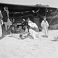 Bedoeïenen met kinderen in een tent op de voorgrond zet men koffie, Bestanddeelnr 255-3403.jpg