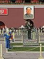 Beijing-Tiananmen-74-Mao-Wache und Putzmann-gje.jpg