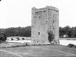 Belvelly Castle (14e of 15e eeuw) en Belvelly Bridge (bouwjaar 1803)