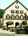 """Blaubeuren, Gasthof """"Zum Löwen"""" mit Marktbrunnen.jpg"""