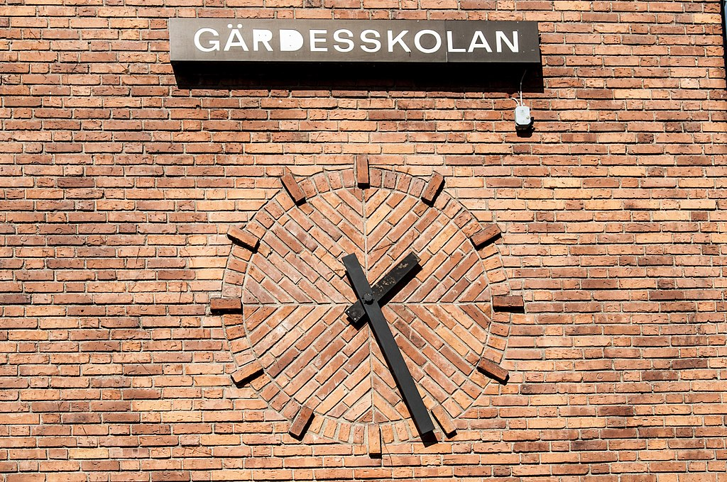 File Brick Wall Clock Gärdesskolan Gärdet District Stockholm Jpg Wikimedia Commons