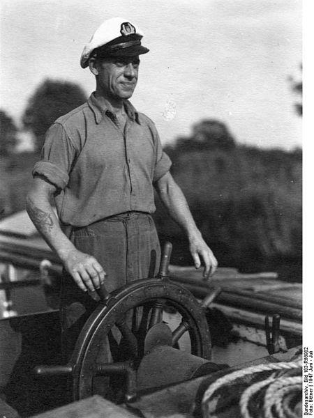 File:Bundesarchiv Bild 183-R66982, Binnenschiffer, der Kapitän am Steuer.jpg