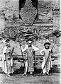 COLLECTIE TROPENMUSEUM Drie Balinese speerdansers TMnr 10004707.jpg