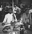 COLLECTIE TROPENMUSEUM Man die de rebab bespeelt en een zangeres in een gamelanorkest TMnr 20000382.jpg