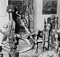 COLLECTIE TROPENMUSEUM Sculpturen in het huis van Susanne Wenger TMnr 20014552.jpg