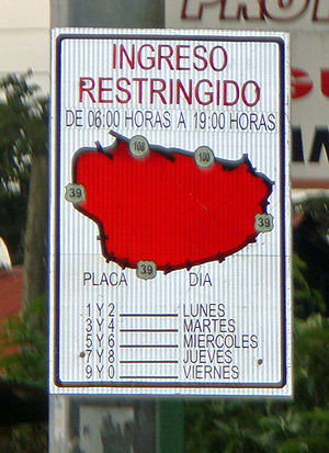 Road space rationing - Traffic sign used in San José, Costa Rica, to warn drivers of the prevailing access restriction into the CBD according to license plate number by day of the week.