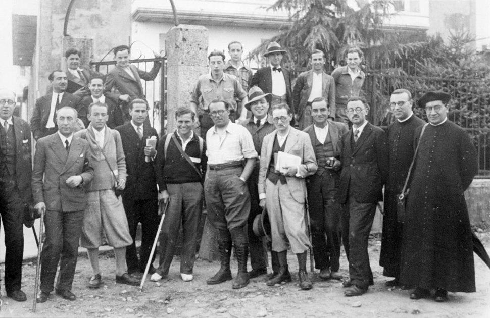 Campaña do Seminario de Estudos Galegos para o estudo das Terras de Deza. Foto tomada diante da casa de Ramón María Aller, Lalín, xuño de 1934