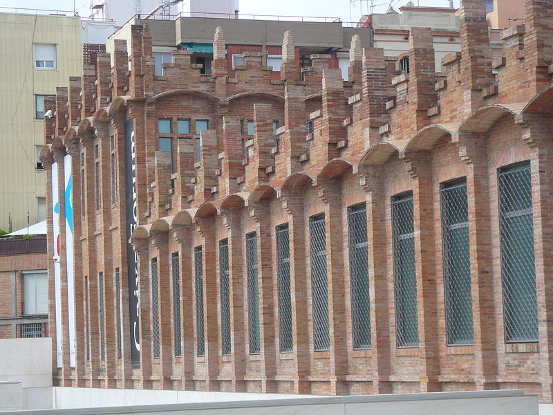 File:Casarramona - cornises i pilastres.jpg