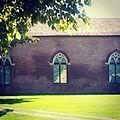 Castello di Belriguardo, facciata con finestroni gotici.jpg