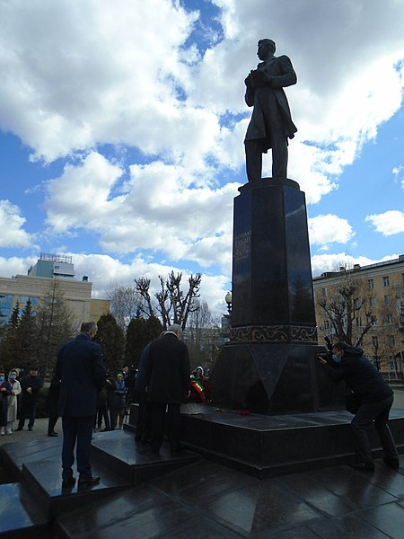 Ceremony of laying flowers at the Gabdulla Tukay monument (2021-04-26) 44.jpg