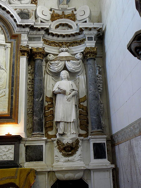 Maître-autel de l'église Saint-Pierre de Chalons-du-Maine (53) et son retable. Statue de Saint-Étienne.