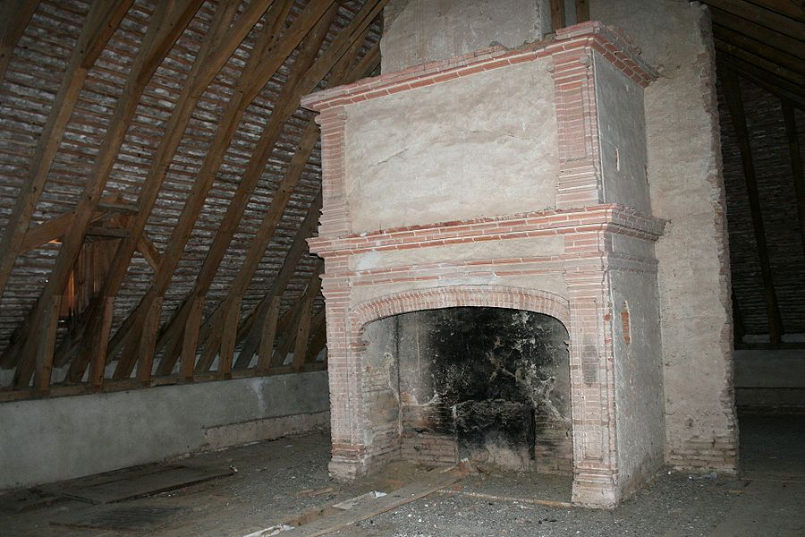 Cheminée dans les combles du Château de Lacroix-Falgarde.