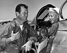 Jackie Cochran nel suo Canadair F-86 (con cui ha superato il muro del suono) mentre parla con Charles Elwood Yeager