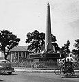 Collectie NMvWereldculturen, TM-20001033, Negatief- Monument ter herinnering aan de vrijheidsstrijd met op de achtergrond het gouvernementskantoor, Boy Lawson, 1971.jpg