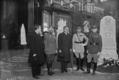 Colonel Bantley-Motte (i.e. Bentley-Mott ?), général Hély d'Oissel, Myron Herrick, général Gouraud, Real del Sarte, devant le monument aux morts des armées de Champagne au Salon (1923).png