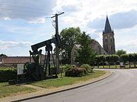 Coulommes - Chevalet de pompage et église.jpg