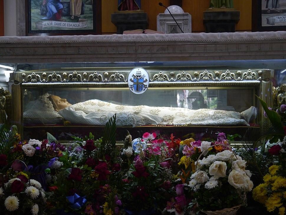 Cuerpo de Narcisa de Jesús en Altar