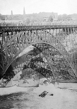 Honeymoon Bridge (Ontario) - Image: Curtiss Model D. flies under Honeymoon Bridge, Niagara River (circa 1911)