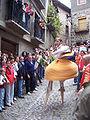 Danzadores de zancos bajando la cuesta de los danzadores en Anguiano.JPG