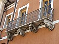 Dettaglio delle statue presenti sul secondo balcone di Palazzo Gaeta.jpg