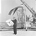 Dhr. B. Haverman , directeur ICEM, toont aan boord HAL-schip affiche ICEM-zegels, Bestanddeelnr 918-6930.jpg
