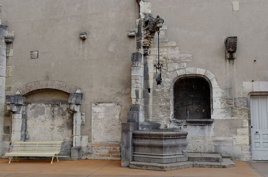 Dijon Palais des Ducs de Bourgogne Puit Cour de Bar.jpg