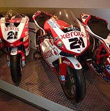 Da sinistra: le Ducati 999 F06 e 1098 F08 con cui Bayliss vince i titoli mondiali Superbike, rispettivamente, nelle stagioni 2006 e 2008, sul cupolino della 1098 da notare lo speciale numero di gara «2+1», a simboleggiare i 3 mondiali vinti da Bayliss tra le derivate di serie.