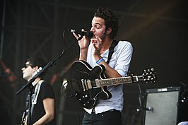 Tom Smith en Chris Urbanowicz (achter) op het Eurockéennes-festival in 2007