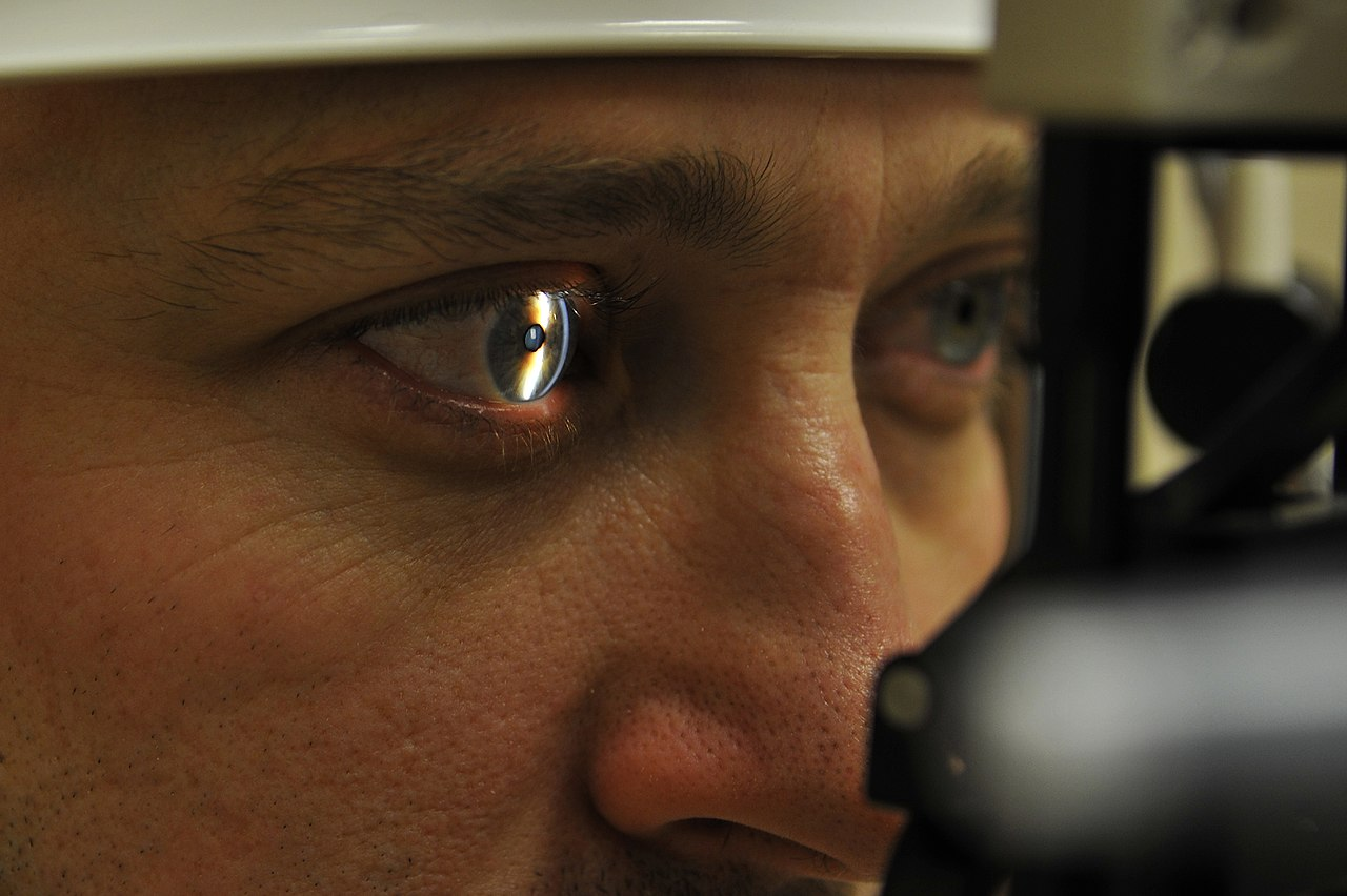 https://upload.wikimedia.org/wikipedia/commons/thumb/2/2f/Eielson_eye_exam.JPG/1280px-Eielson_eye_exam.JPG >>> Photo by U.S. Air Force photo/Staff Sgt. Christopher Boitz/CC0 1.0