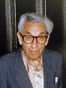 Erdős looking toward the camera