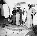 Familieleden bij de ingang van hun huis - Stichting Nationaal Museum van Wereldculturen - TM-20011731.jpg