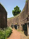 Aan de Waaldijk tussen Daalem en Vuren een omgracht fort, opgetrokken uit steen met aarden wallen bedekt