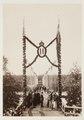Fotografi av Ljusne. I väntan på Oscar IIs besök. Vid storbron (bron mot Sörsidan) - Hallwylska museet - 106800.tif